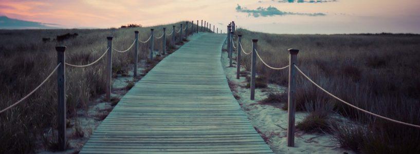 Chemin en bois sur du sable
